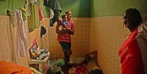 Haitianos em Brasiléia vivendo em um banheiro