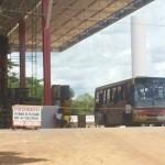 Ônibus contratado pelo Big Master, flagrado no fundo do supermercado a espera dos Haitianos - Foto: Ricardo Costa / AGORA MT