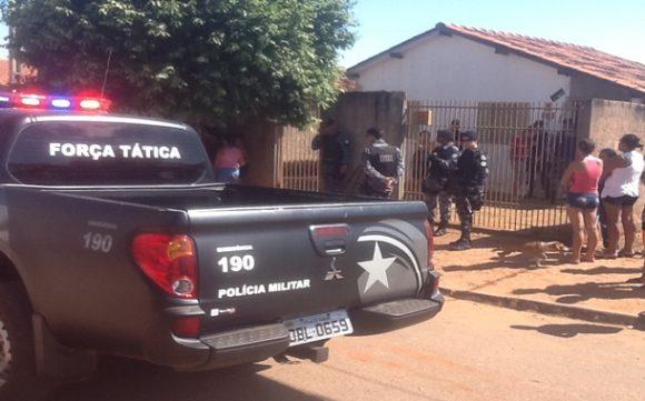 Polícia em frente a casa da vítima - Foto Ronaldo Teixeira / AGORA MT