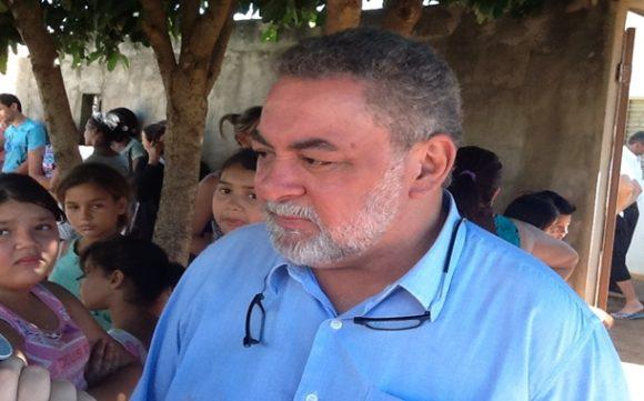 Prefeito em frente a casa da vítima. Ele acompanhou o trabalho da polícia - Foto: Ronaldo Teixeira / AGORA MT