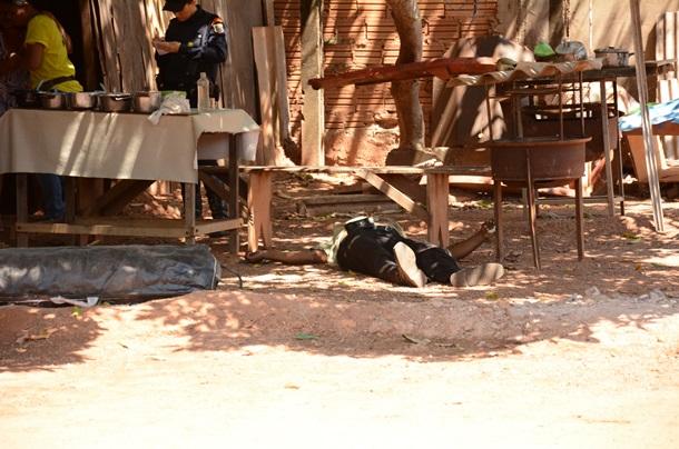 Idoso caído no chão - Foto: Varlei Cordova / AGORA MT