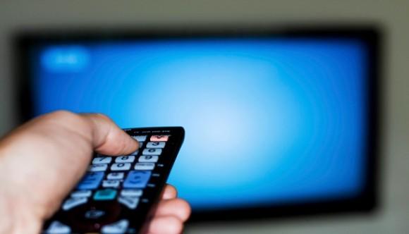 Assistir TV no final do dia pode aumentar estresse