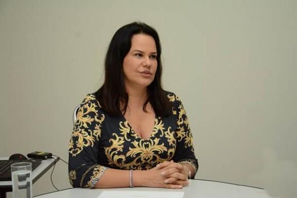 Secretária responde acusações de vereador