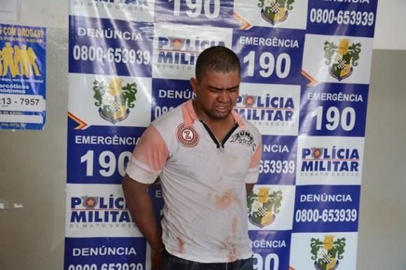 Suspeito preso pela PM - Foto: Ronaldo Teixeira / AGORA MT