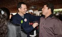 Lúdio cumprimenta eleitores - Foto: Ronaldo Teixeira / AGORA MT