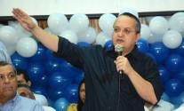 Pedro Taques apontando uma direcao