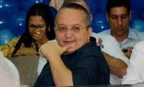 Pedro Taques com a mao no queixo