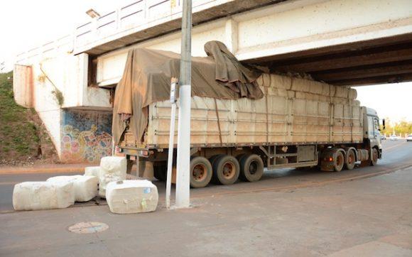 Carreta fica presa sob ponte da Marechal Rondon