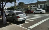Carro estacionado sobre a faixa - Foto: você repórter
