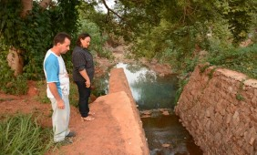 Líderes observam o córrego - Foto: Varlei Cordova / AGORA MT