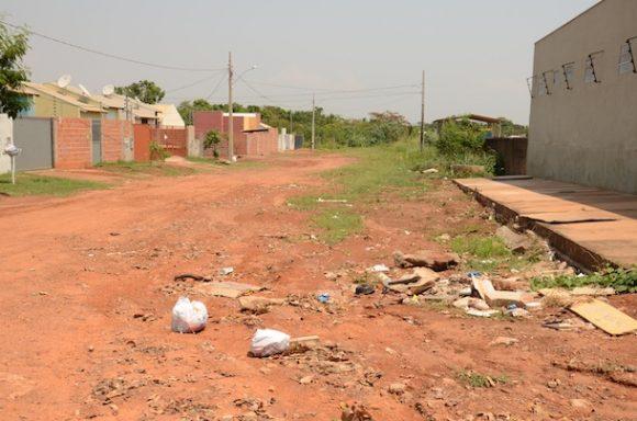 Lixo e mato alto tomam conta da avenida Bandeirantes, região central de Rondonópolis