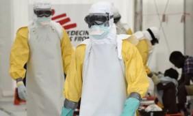 Profissionais da saúde, usando roupa protetora, trabalham em centro do Médicos sem Fronteiras em Monróvia, na Libéria, nesta sexta-feira (26) (Foto: AFP Photo/Pascal Guyot)