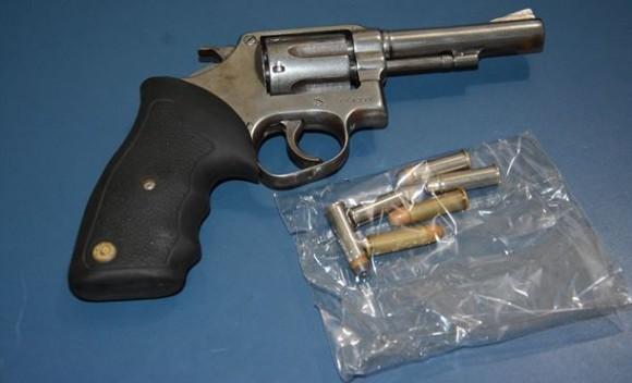 Após revista da polícia, homem é detido com revólver dentro de veículo