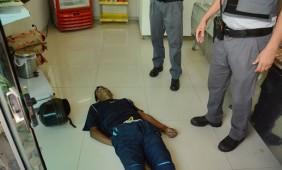 Suspeito ao chão - Foto: Ronaldo Teixeira / AGORA MT