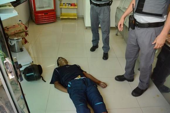Ao tentar cometer assalto em açougue, suspeito é morto por cliente
