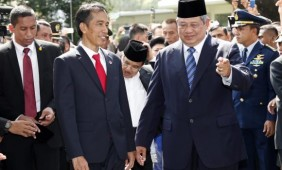Novo presidente da Indonesia Joko Widodo (à esquerda) é cumprimentado pelo ex-presidente Susilo Bambang Yudhoyono (à direita) em uma cerimônia militar no palácio presidencial, na capital JacartaMast Irahm/EPA/Agência Brasil/Direitos Reservados
