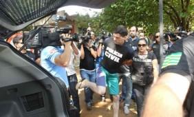 Tiago chutou um fotógrafo ao ser transferido para presídio (Foto: Mantovani Fernandes/O Popular)