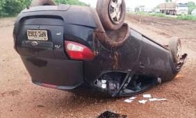 Veículo após o capotamento na rodovia - Foto: Assessoria / PRF