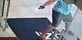 Bandido atira contra seguranças da Loja Havan - Imagem do circuito interno de segurança