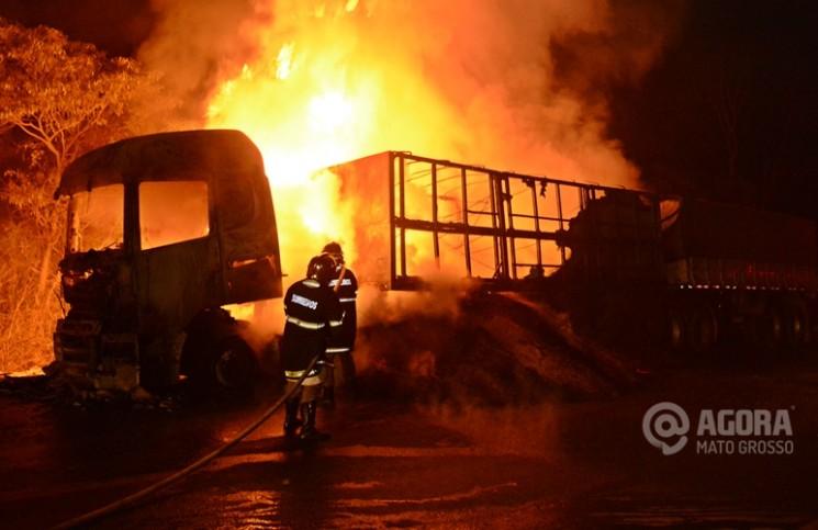 Bombeiros tentando apagar fogo da carreta na BR 364. Foto: Varlei Cordova/AGORAMT