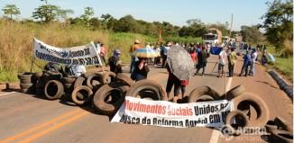 Os manifestantes querem a abertura de uma comissão para investigar decisões uma juíza - Foto: Varlei Cordova / AGORA MT