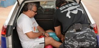 José Delgado dentro da viatura sendo transferido para Pedra Preta. Foto: Varlei Cordova/AGORAMT