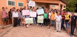 Moradores fazem manifesto na porta de hospital - Foto: Ronaldo Teixeira / AGORA MT
