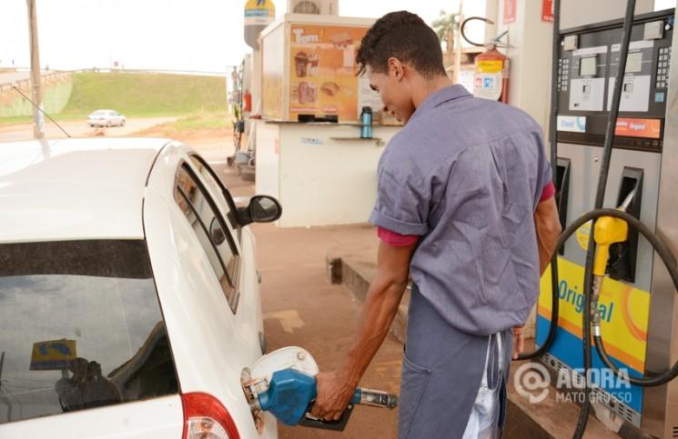 Abastecimento de veiculo no posto - Foto: Varlei Cordova / AGORA MT
