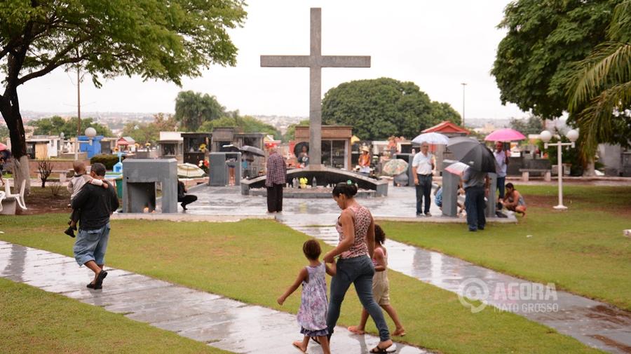 Pessoas em visitas a tumulos no cemitério da Vila Aurora - Foto : Messias Filho / AGORA MT