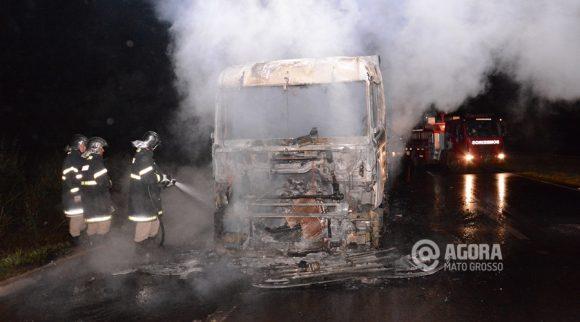 Carreta totalmente destruída pelo fogo - Foto : Messias Filho / AGORA MT