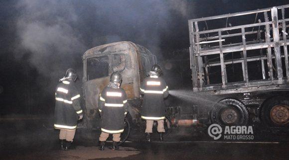 Corpo de Bombeiros fazendo rescaldo no incêndio da carreta - Foto : Messias Filho / AGORA MT