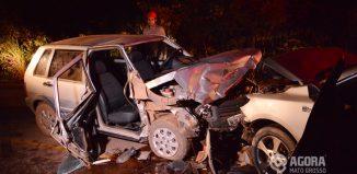 O motorista do uno sofreu escoriações leves - Foto: Ronaldo Teixeira/AGORAMT