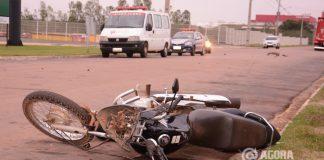 Motocicleta destruida com o impacto do acidente no distrito industrial - Foto: Messias Filho / AGORA MT