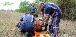 Samu atendento a vitima de tentativa e homicidio no Padre Lothar - Foto: Varlei Cordova/ AGORA MT