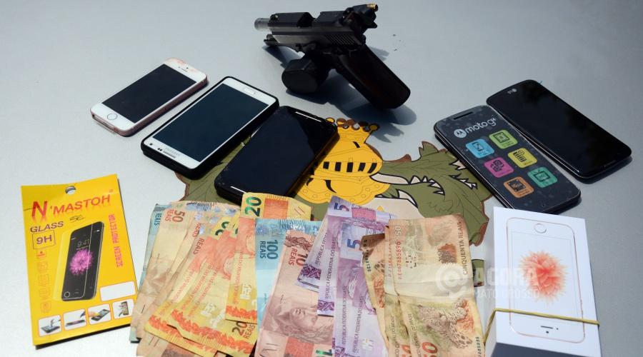 Dinheiro e objetos recuperados - Foto: Varlei Cordova / AGORA MT