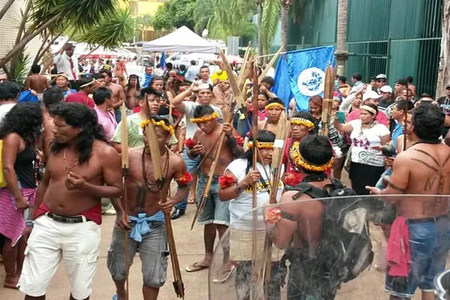 Imagem: índios invadem a câmara do DF