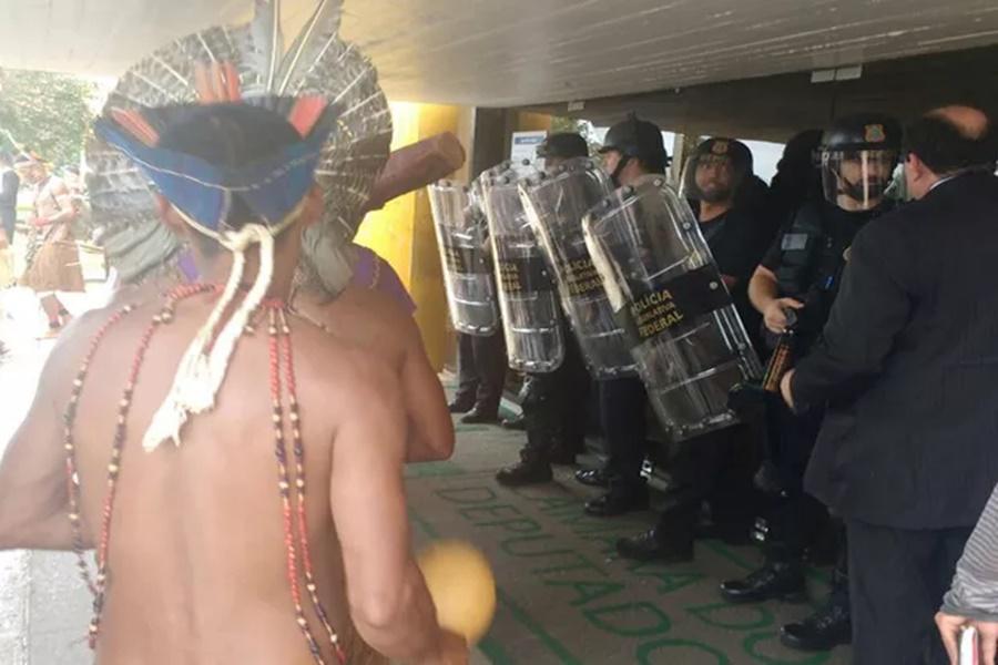 Imagem: índios recebem spray de pimenta em manifestação