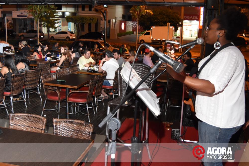 Imagem: Luciana Oliveira animou à noite de terça feira em Rondonópolis    1 (32)
