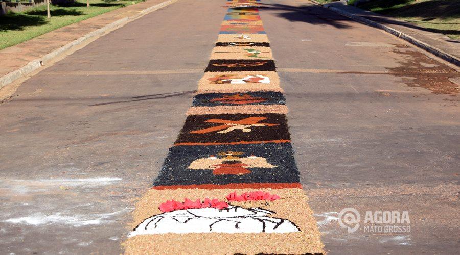 Imagem: Tapetes pintados  na rua no dia de Corpus Christi na paroquia Santa Terezinha