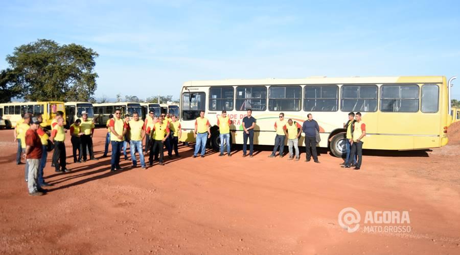 Imagem: Trabalhadores cruzam os brasos no transporte coletivos