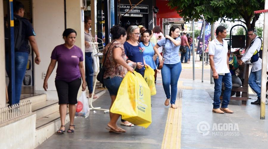 Imagem: Pessoas saindo com sacolas das lojas