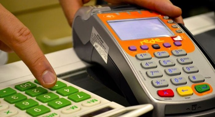 Imagem: Maquininha de cartao Vale a pena usar cartão de crédito para pagar conta de água e luz?