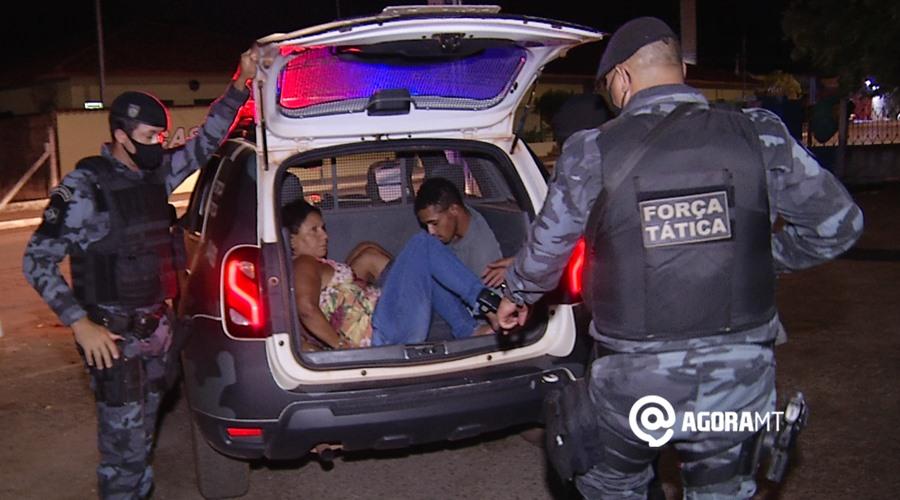 Imagem: Forca Tatica prede casal por roubo Câmeras flagram roubo em loja de joias e suspeitos são presos pela PM
