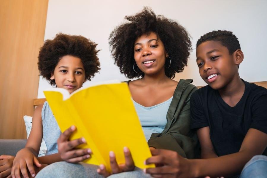Imagem: Leitura em familia Família que lê com filhos constrói memória afetiva para toda a vida