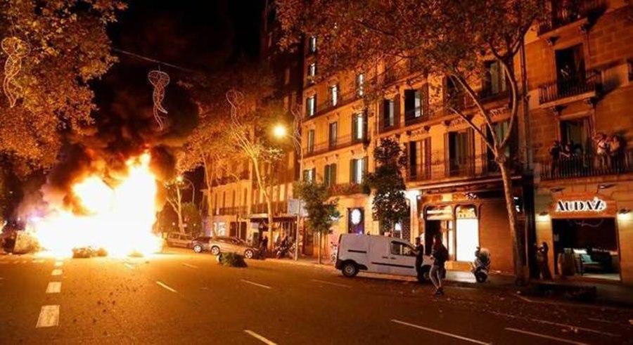 Imagem: Manifestantes sao contra novas restricoes sanitarias na Espanha Protestos contra novas restrições da covid-19 é registrado em Barcelona