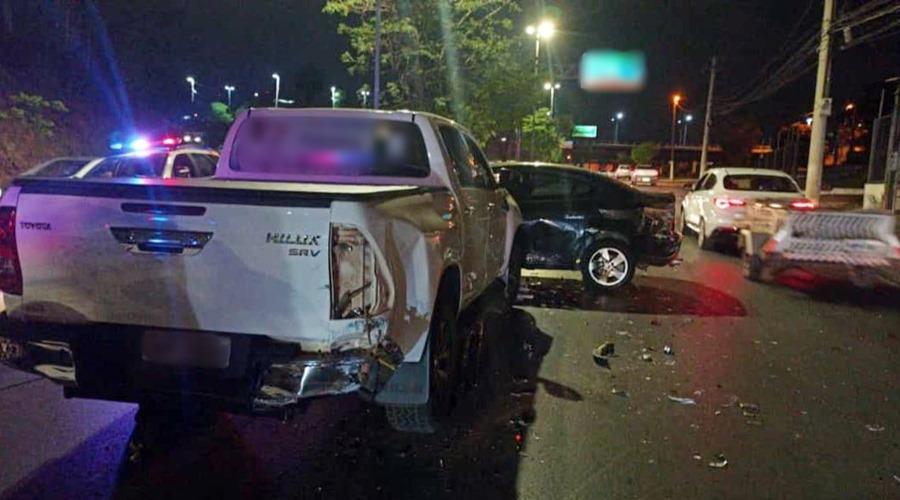 Imagem: Veiculos se envolve em acidente em avenida Perseguição termina em acidente após roubo de caminhonete