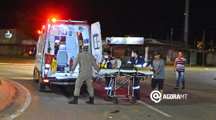 Imagem: Vitima sendo socorrida pelo Samu 3 Motociclista bate em carro que passava pela rotatória e acaba ferido