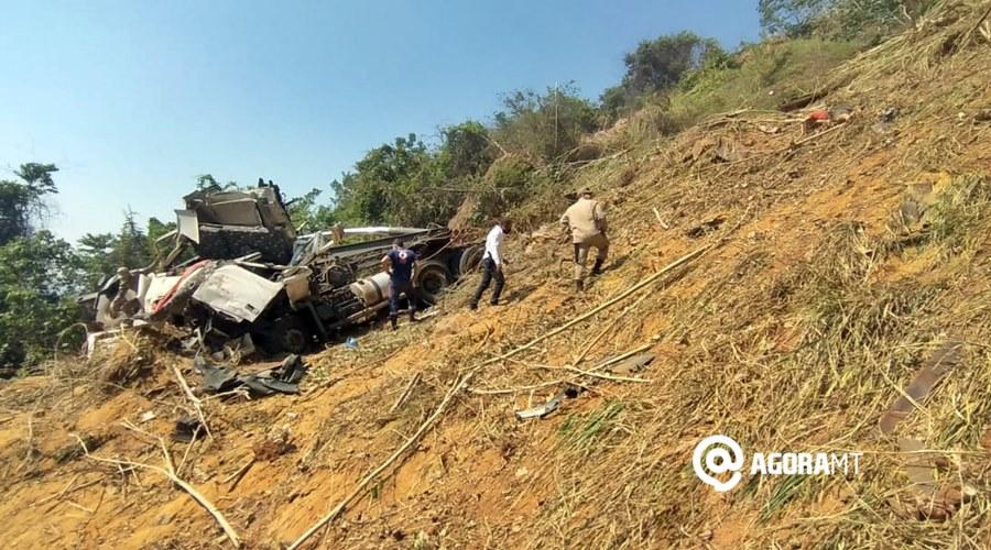 Imagem: Acidente deixa caminhao destruido e motorista morto Caminhoneiro morre ao cair em ribanceira na Serra de Deciolândia