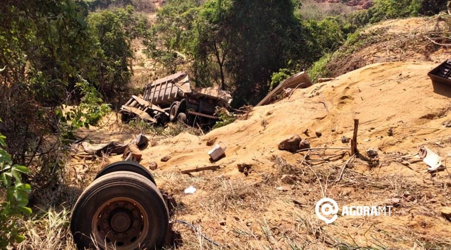 Imagem: Acidente deixa caminhao destruido em TGA Caminhoneiro morre ao cair em ribanceira na Serra de Deciolândia
