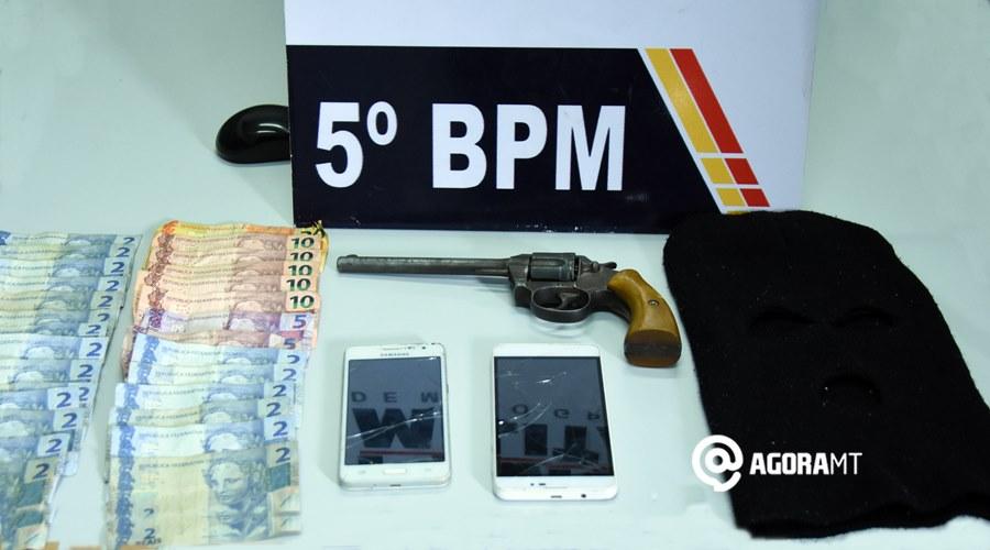 Imagem: Arma dinheiro e celulares apreendidos com suspeitos de roubo Após roubo, PM faz cerco e prende bandidos com arma de fogo